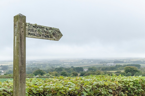 Wooden Post「Directional sign on footpath to Marazion, Cornwall」:スマホ壁紙(12)