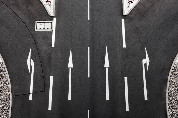 Directional arrows on road:スマホ壁紙(壁紙.com)