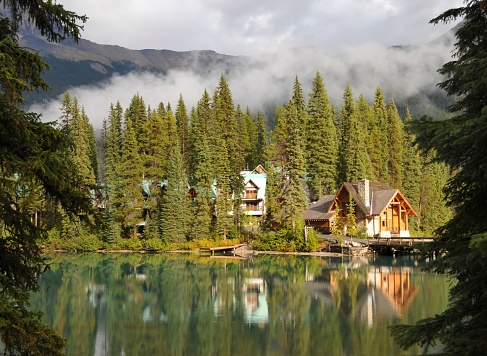 ヨーホー国立公園「キャビンは、エメラルドグリーンの湖の Yoho 国立公園、ブリティッシュコロンビア州(カナダ)」:スマホ壁紙(13)
