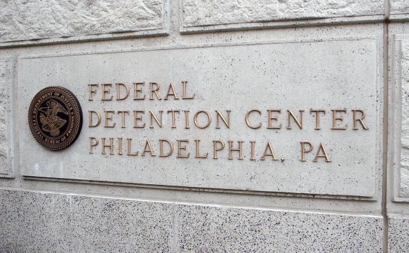 Philadelphia - Pennsylvania「Lil' Kim Enters Federal Detention Center」:写真・画像(2)[壁紙.com]
