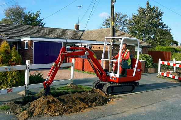 Earth Mover「Utility company excavating the pavement with mini digger」:写真・画像(13)[壁紙.com]