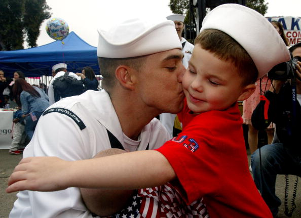 Father「USS Constellation Returns Home From Persian Gulf Area」:写真・画像(16)[壁紙.com]