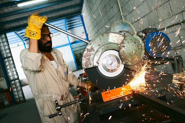 Risk「Welder cutting metal in a shelf factory, Doha」:写真・画像(16)[壁紙.com]