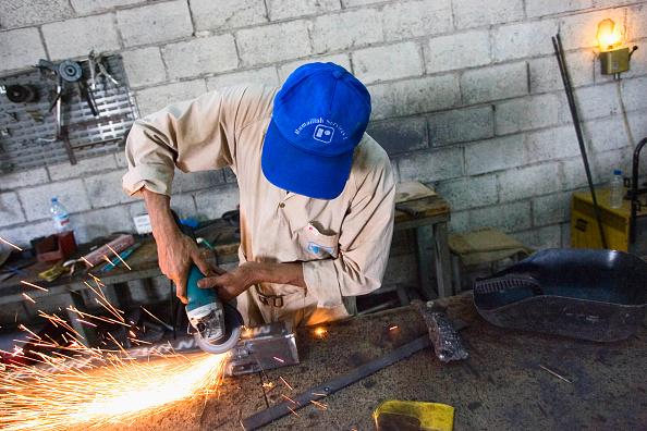 Risk「Welder cutting metal in a shelf factory, Doha」:写真・画像(17)[壁紙.com]