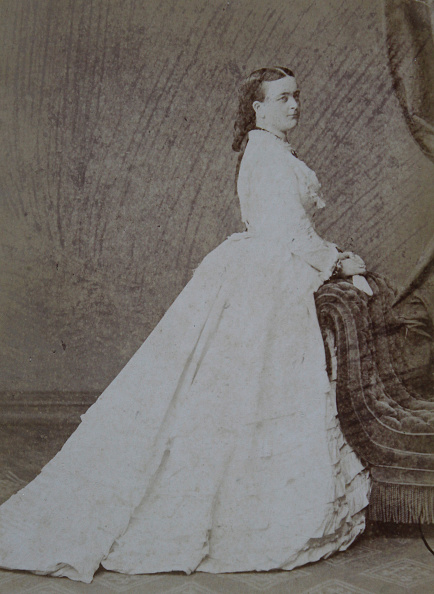 Profile View「Lady In Half Profile In A Bright Dress; Hands On A Atelierfauteuil. Full Figure. About 1870. Photograph By Gebr. Siebe. Szczecin - Leipzig.」:写真・画像(8)[壁紙.com]
