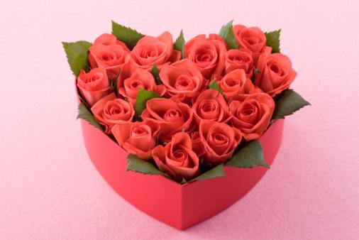 バレンタイン「Red rose in heart shaped box」:スマホ壁紙(17)