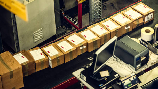 Packages on a conveyor belt:スマホ壁紙(壁紙.com)