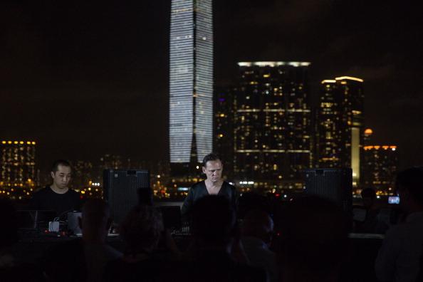 Callaghan Walsh「Carsten Nicolai's Audio-Visual Project Lights Up Hong Kong's Skyline」:写真・画像(19)[壁紙.com]