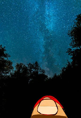星空「USA, Maine, Acadia National Park, Tent in forest against stars on night sky」:スマホ壁紙(18)