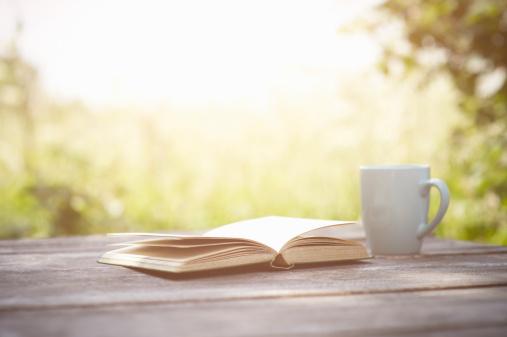 後ろボケ「Book and cup on garden table.」:スマホ壁紙(18)