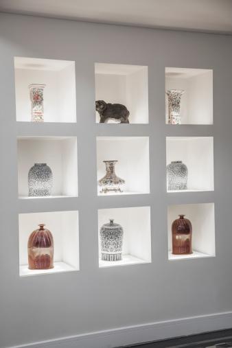 アート「Built in shelves with an assortment of vases.」:スマホ壁紙(12)
