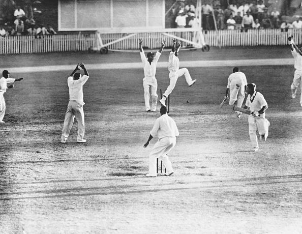 Brisbane「Meckiff's Wicket Broken」:写真・画像(1)[壁紙.com]
