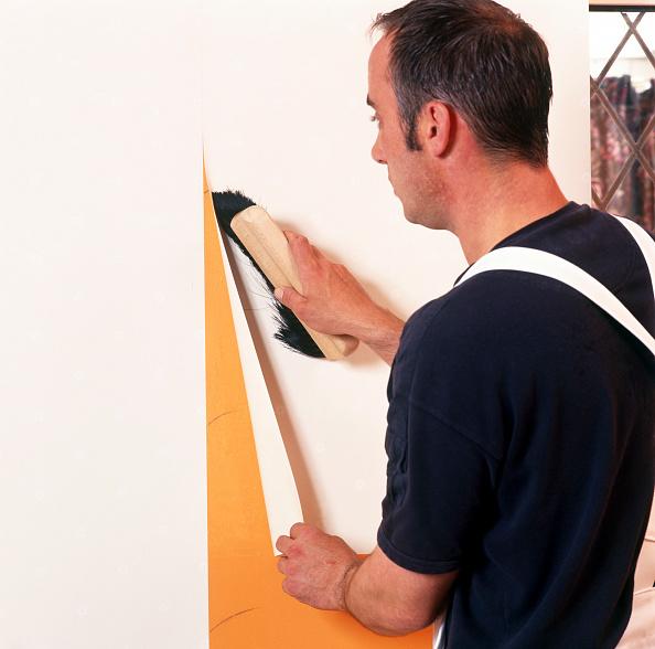 Renovation「Handyman hanging wallpaper」:写真・画像(5)[壁紙.com]