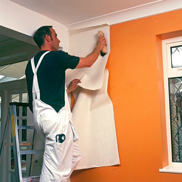 Ceiling「Handyman hanging wallpaper」:写真・画像(16)[壁紙.com]