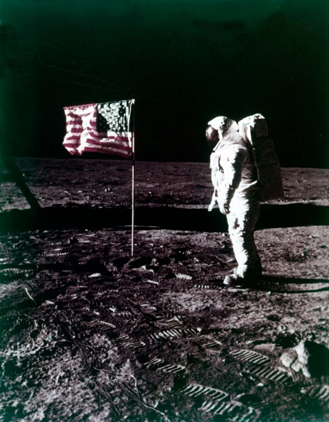 Lunar Module「Buzz Aldrin Stands Next To The American Flag On The Surface Of The Moon」:写真・画像(19)[壁紙.com]