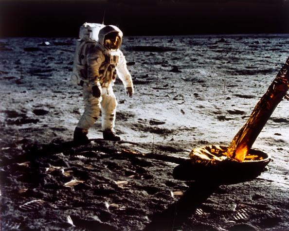 Lunar Module「Buzz Aldrin By The Leg Of The Lunar Module」:写真・画像(18)[壁紙.com]
