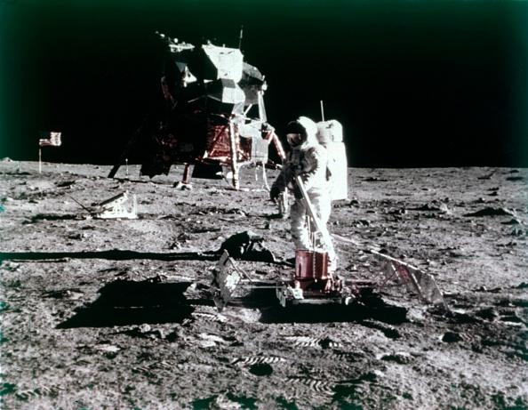 Lunar Module「Buzz Aldrin Sets Up The Seismic Experiment」:写真・画像(15)[壁紙.com]