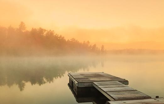 秋「コテージ霧の日の出」:スマホ壁紙(15)