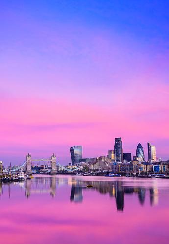 イギリス「ロンドンのシティのダウンタウンのスカイラインと輝く夕日、イギリスのテムズ川」:スマホ壁紙(15)