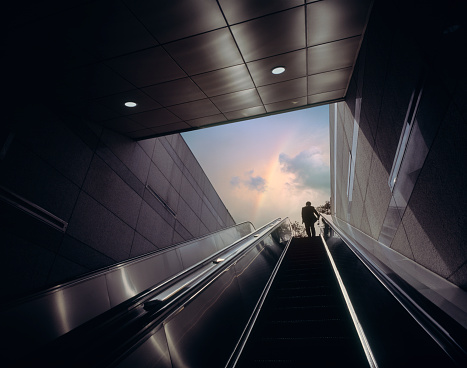 虹「Businessman on escalator moving towards sky with rainbow」:スマホ壁紙(0)