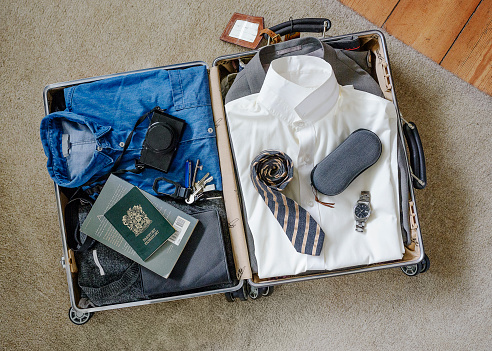 旅行「Businessman's suitcase packed.」:スマホ壁紙(5)