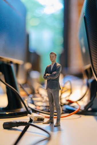 Figurine「Businessman figurine standing amidst computer cables」:スマホ壁紙(13)