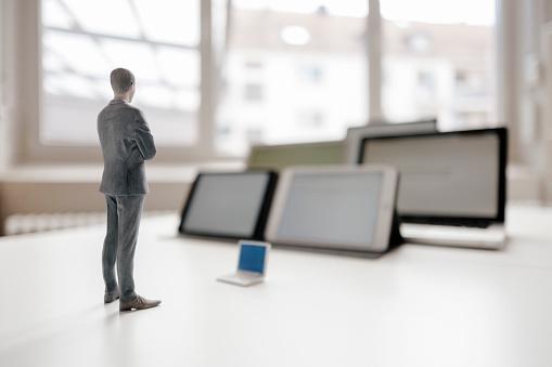 Figurine「Businessman figurine standing on desk, facing mobile devices」:スマホ壁紙(14)