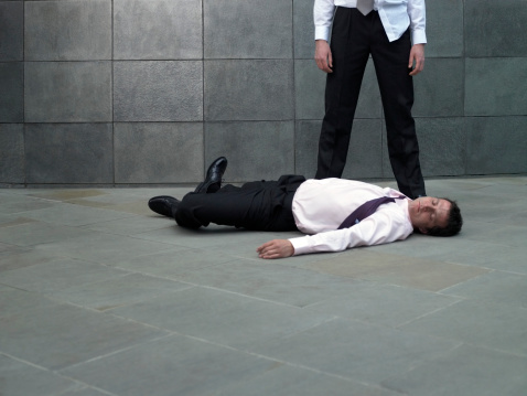 雪「Businessman standing over colleague lying on pavement」:スマホ壁紙(6)