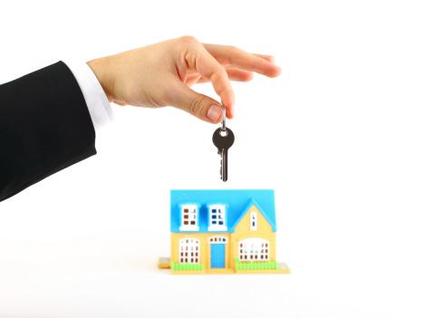 Paying「Businessman is holding a house key」:スマホ壁紙(1)
