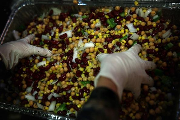 Salad「Volunteers Prepare Thanksgiving Meals For The Needy」:写真・画像(16)[壁紙.com]