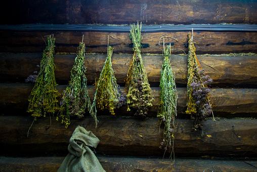 Log「Green brooms hanging on log cabin wall」:スマホ壁紙(15)