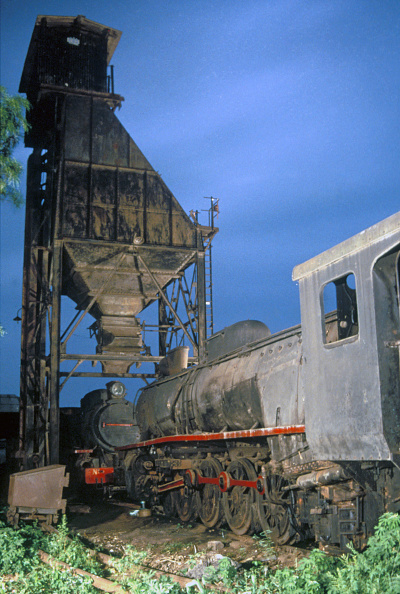 Finance and Economy「Abandoned Ghanaian locomotives beneath the coaling tower in Accra. Vulcan Foundry 4-8-2 No.266 'Techiman' with Giesl chimney in foreground with No.255 in the rear. Wednesday 22 May 1985.」:写真・画像(7)[壁紙.com]