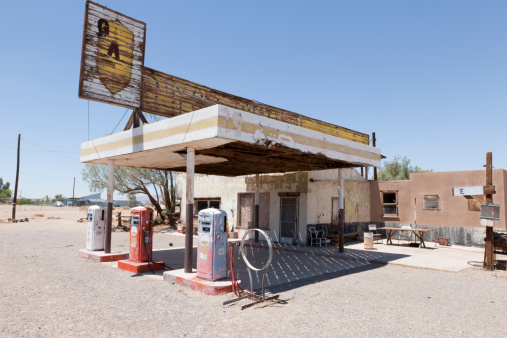 Old-fashioned「Abandoned Gas Station on Route 66, Desert」:スマホ壁紙(4)
