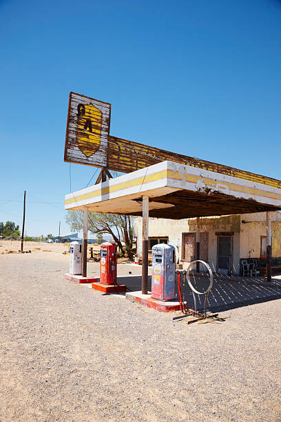 Abandoned Gas Station on Route 66, Desert:スマホ壁紙(壁紙.com)