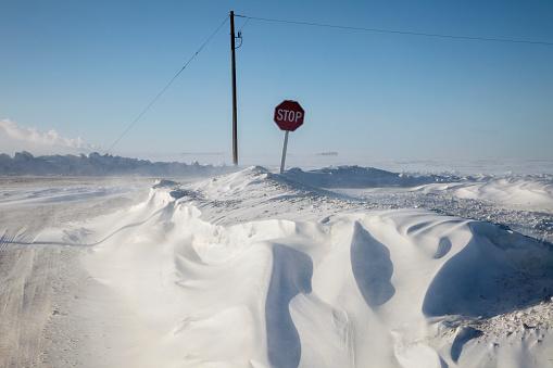 雪の吹きだまり「Deep snow, stop sign」:スマホ壁紙(0)