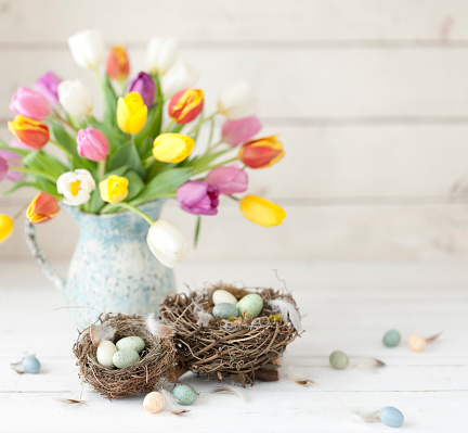 Easter「Vintage Easter Tulips and Easter Eggs on an Old White Wood Background」:スマホ壁紙(19)