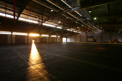 Industry「Light from doorway in vacant warehouse」:スマホ壁紙(8)