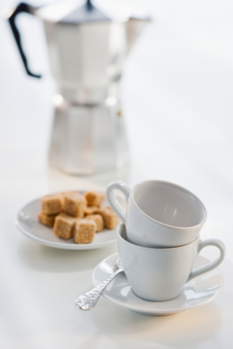 French Press「Cafetiere with sugar cubes and cups, close-up」:スマホ壁紙(5)