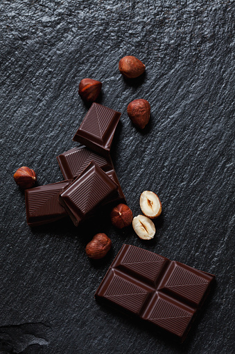 ヘーゼルナッツ「Bittersweet chocolate and hazelnuts on slate」:スマホ壁紙(2)