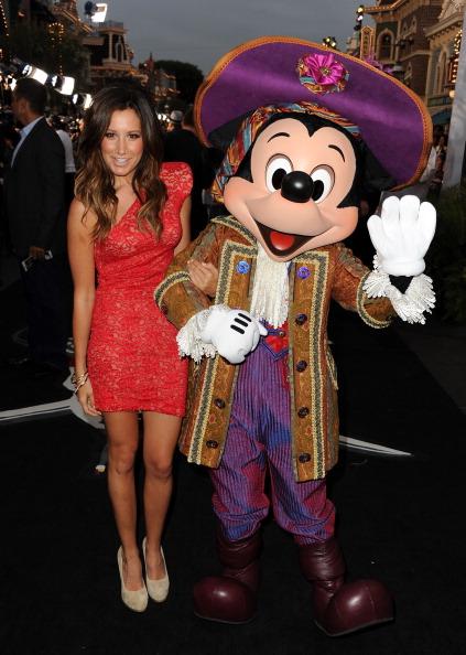 ミッキーマウス「Premiere Of Walt Disney Pictures' 'Pirates Of The Caribbean: On Stranger Tides' - Red Carpet」:写真・画像(12)[壁紙.com]