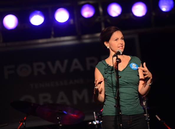 Three Quarter Length「Ashley Judd & Rodney Crowell - Tennesseans For Obama Benefit」:写真・画像(12)[壁紙.com]