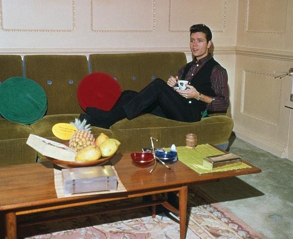 Sofa「Cliff Richard Relaxes」:写真・画像(2)[壁紙.com]