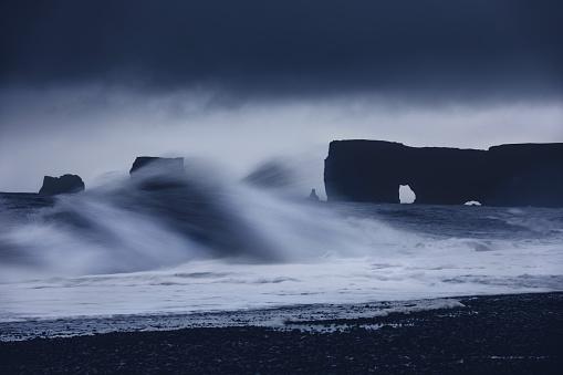 Coastline「Wave in blurred motion at Reynisfjara black sand beach.」:スマホ壁紙(14)