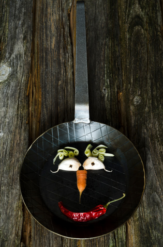 Garlic Clove「Funny face made of vegetable on frying pan, close up」:スマホ壁紙(19)