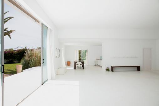 静かな情景「オープンのモダンな家のリビングスペース」:スマホ壁紙(10)