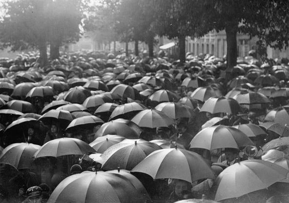 Umbrella「Umbrellas in Paris after a football match, France, Photograph, Around 1935」:写真・画像(9)[壁紙.com]