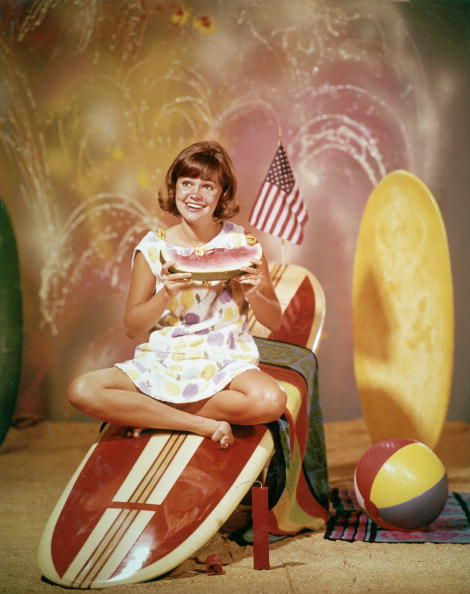 サーフィン「Portrait Of Sally Field Sitting On Surfboard」:写真・画像(12)[壁紙.com]