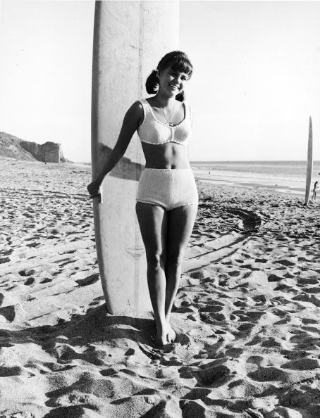 サーフィン「Portrait Of Sally Field As 'Gidget' With Surfboard」:写真・画像(8)[壁紙.com]