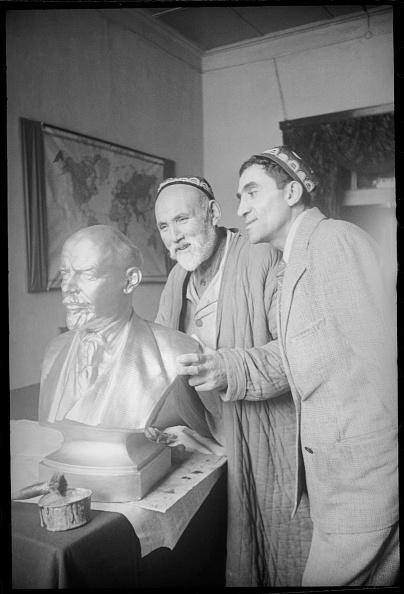Skull Cap「At Lenin's Sculpture」:写真・画像(1)[壁紙.com]