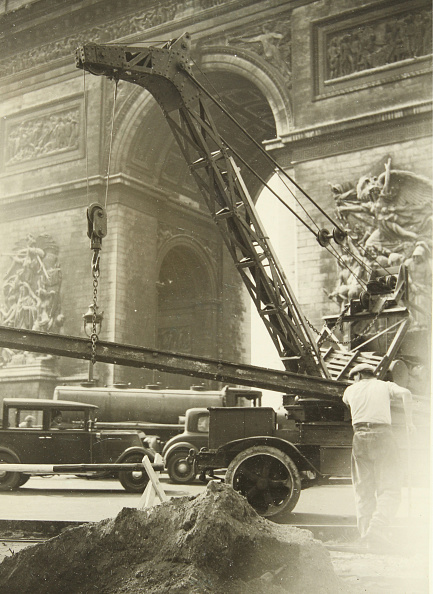 Construction Equipment「Road Repair Work On The Arc De Triomphe」:写真・画像(18)[壁紙.com]